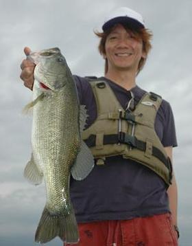釣りをする吉井和哉