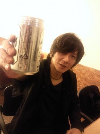 ビールを飲む吉井和哉